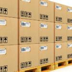 applicazione di etichette su scatole in cartone
